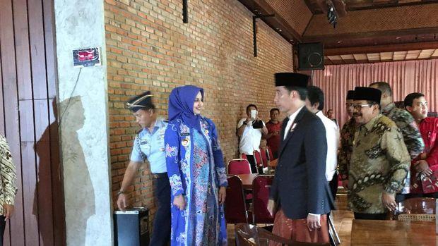 Presiden Jokowi mengenakan sarung.