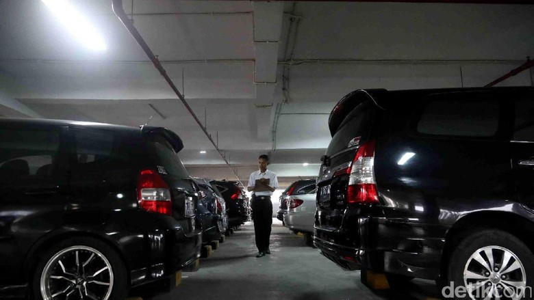 Aturan Beli Mobil Harus Ada Garasi Kalau Bisa Diperluas ke Luar Jakarta Foto: Grandyos Zafna