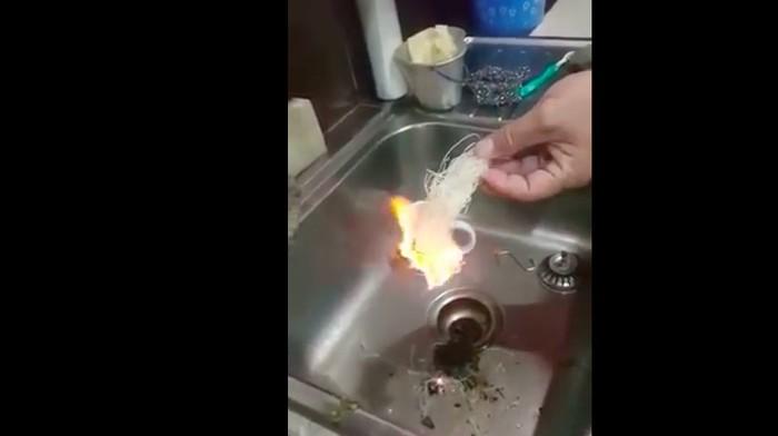 Bihun merupakan produk pangan yang mengandung rantai karbon. Kadar airnya rendah sehingga pasti menyala saat dibakar. Foto: Capture youtube