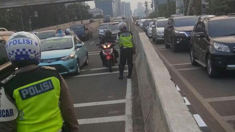Polisi Tilang Pemotor Bandel yang Terobos JLNT Casablanca