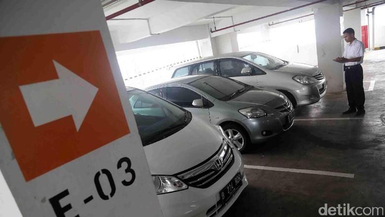 Pemprov DKI Jakarta kembali menggalakkan aturan terkait beli mobil harus memiliki garasi. Foto: Grandyos Zafna