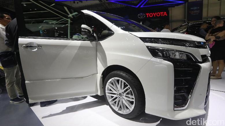 Toyota Voxy (Foto: Ari Saputra)