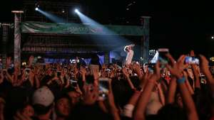 Pakai Kaus We The Fest, Jokowi Nonton Charli XCX