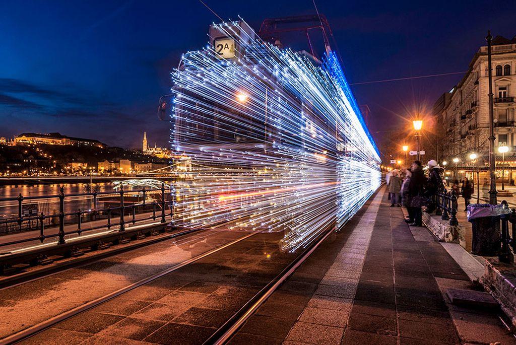 Teknik ini dapat mengkombinasikan antara objek diam dengan objek bergerak, ditambah dengan menggunakan Shutter-Speed yang lambat untuk mendapatkan efek pergerakan (atau jejak) dari benda yang bergerak. Seperti foto ini yang merupakan objek Kreta Tram di kota Budapest menghias kereta tram dengan 30.000 lampu LED. (Foto:Viktor Varga Report/boredpanda)