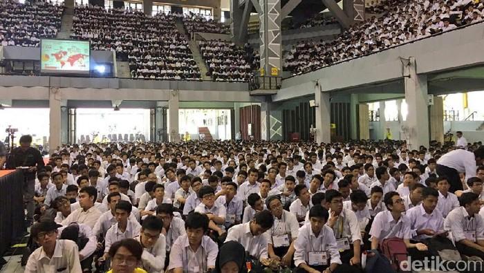 Menteri Keuangan Sri Mulyani Indrawati menjadi pembicara dalam Orientasi Kehidupan Kampus (OKK) UI. Ia bicara di depan 8.000 orang mahasiswa baru UI.