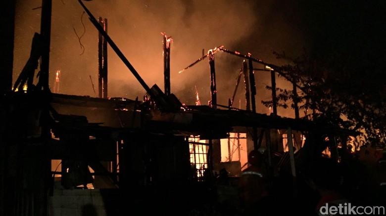 Kebakaran Rumah di Jatinegara Kaum, 13 Unit Damkar Dikerahkan