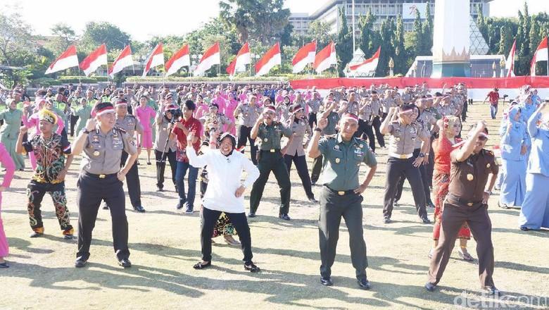 Wali Kota Risma Goyang Bareng Kapolrestabes Meriahkan HUT ke-72 RI