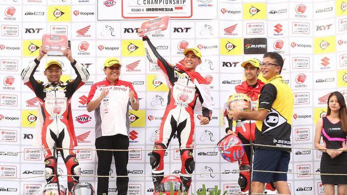 Gerry Salim, Rheza Danica, dan Andi Gilang naik podium di kelas AP250 (Astra Honda Racing Team)