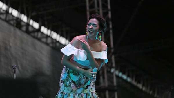 Ditemani Hamish di WTF 2017, Raisa Penuh Bunga