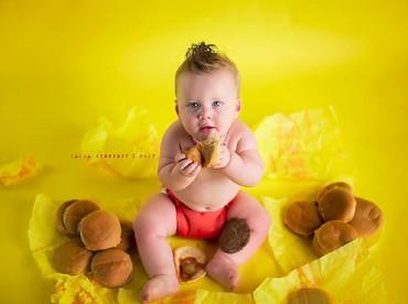 Liam lahir prematur. Di umur 8 bulan, akhirnya dia bisa duduk dan berdiri. Untuk merayakannya, ibu Liam, Lauren memfoto Liam dengan cheeseburger yang baru pertama kali dia cicipi. (Foto: Facebook/ Laura Stennett Photography)