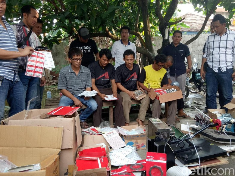 Polisi Gerebek Rumah Produksi Spare Part Palsu di Palembang (Foto: Raja-detikcom)