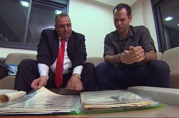Adeeb bahkan masih menyimpan kontrak perjanjian sebagai penjaga kunci yang ditulis dengan tinta emas (CNN)
