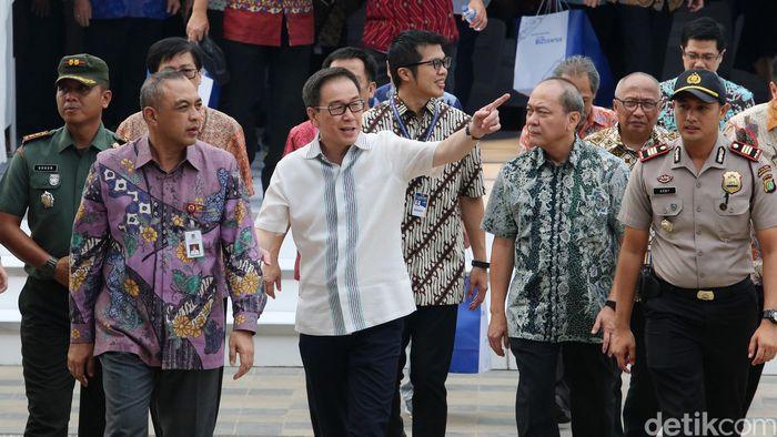 Bupati Tangerang Ahmed Zaki Iskandar dan Presdir Astra International Tbk Prijono Sugiarto meresmikan pusat bisnis Astra Biz Center di kawasan BSD, Tangerang, Senin, (14/8).