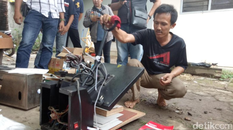 Polisi Gerebek Rumah Tempat Produksi Spare Part Palsu di Palembang