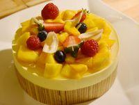 Mango mousse dengan paduan lapis legit.