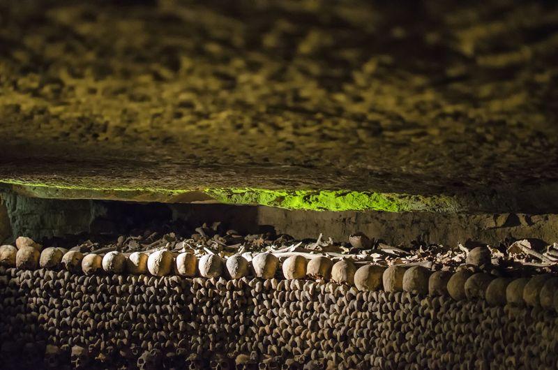 Di Catacombs of Paris terdapat sekitar 6 juta tulang tengkorak. Tulang-tulang tersebut tersusun bertumpukan satu sama lain (Thinkstock)