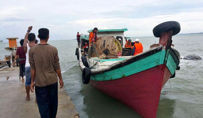 Pulau Nangka berada di Selat Bangka, dan untuk sampai ke sana petugas bersama dengan warga harus bergotong royong mengangkut material baik mesin maupun tiang listrik menggunakan kapal nelayan. (PLN).