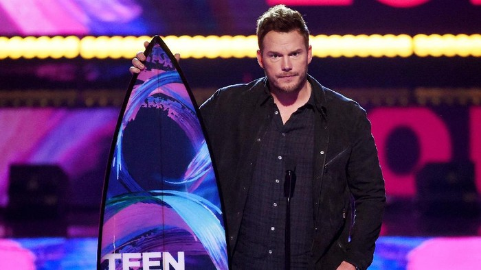 LOS ANGELES, CA - AUGUST 13:  Chris Pratt accepts Choice Sci-Fi Movie Actor for Guardians of the Galaxy Vol. 2 onstage during the Teen Choice Awards 2017  at Galen Center on August 13, 2017 in Los Angeles, California.  (Photo by Kevin Winter/Getty Images)