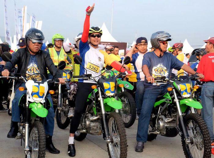 Begini gaya Menteri PUPR Basuki Hadimuljono saat asyik ngetrail di ruas tol Bawen-Salatiga. Dok. Kementerian PUPR.