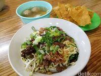 Mie ayam usro dengan paduan daging ayam dan bakso pangsit,