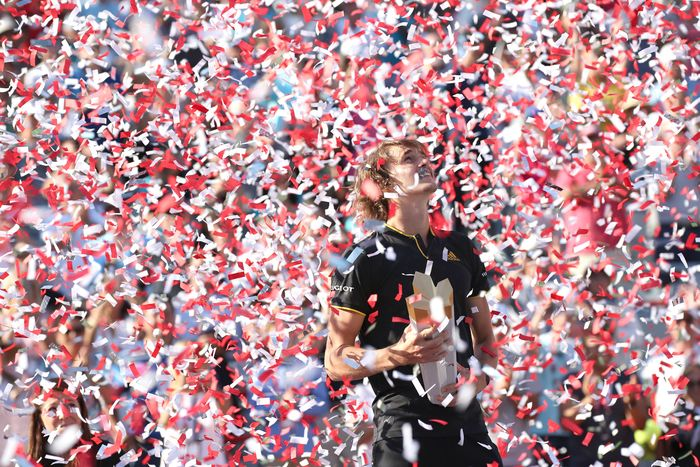 Alexander Zverev meraih trofi Rogers Cup 2017. Jean-Yves Ahern/USA Today/Reuters.