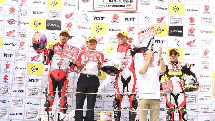 Gerry Salim dan Andi Gilang naik podium di balapan kedua ARRC di Sentul (Foto: Astra Honda Racing Team)