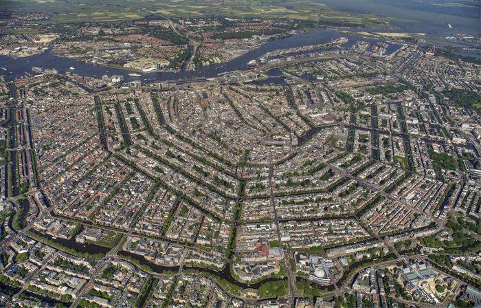 Yang pertama adalah kota Amsterdam, Belanda. Ya, Amsterdam sukses membangun tanggul untuk melindungi kawasannya dari gelombang laut dan sistem drainase berupa kanal untuk mencegah banjir. Dalam gambar terlihat pola yang unik. Tercacat, Amsterdam memiliki 165 kanal dengan panjang 100 km serta 90 pulau kecil dan 1500 jembatan. Istimewa/Instagram.
