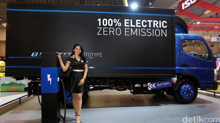 Mitsubishi memamerkan purwarupa truk tenaga listrik Fuso E-Canter di pameran Gaikindo Indonesia International Motor Show (GIIAS) 2017 di ICE BSD City, Tangerang, Selasa (15/8/2017).