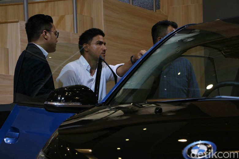 Hamish Daud Melihat-lihat BMW i3 di GIIAS 2017 (Foto: Rangga Rahadiansyah)