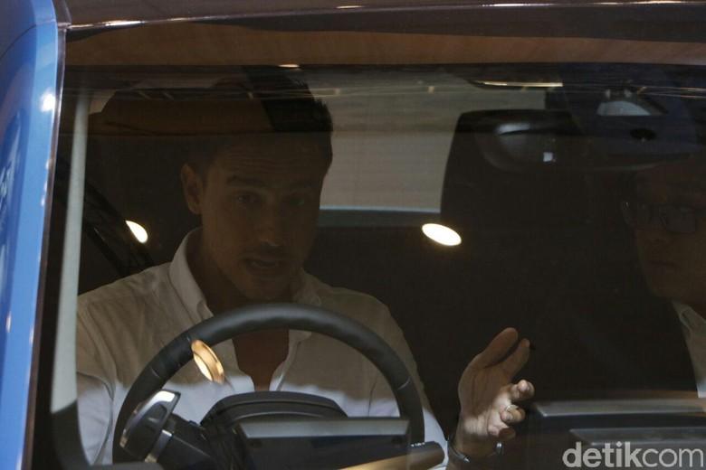 Hamish Daud duduk di dalam BMW i3 (Foto: Rangga Rahadiansyah)