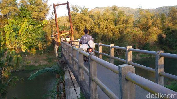Jembatan yang miring di Bantul, DIY.