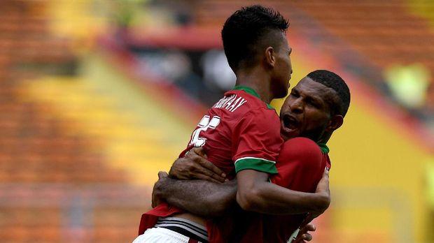 Marinus Wanewar cetak gol Indonesia ke gawang Malaysia. (
