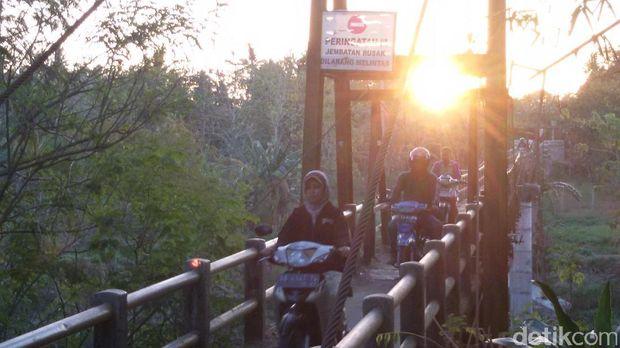 Warga nekat melintasi jembatan miring di Bantul.