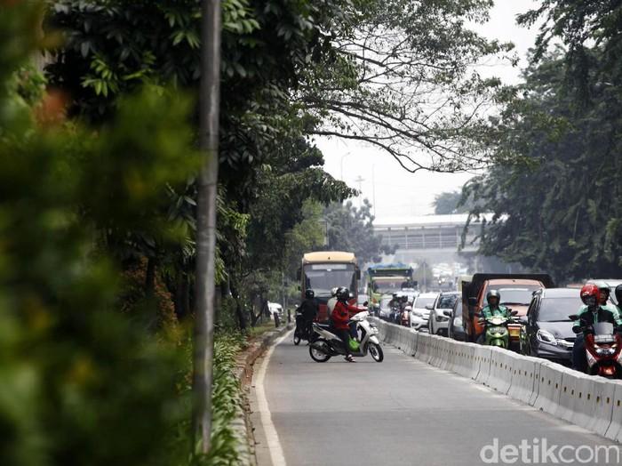 Pemotor masuk busway (Foto: Hasan Alhabshy/detikcom)