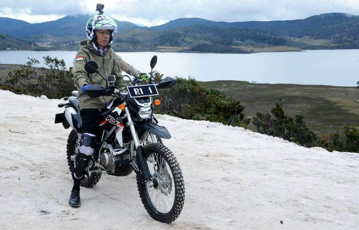 Presiden Jokowi, pertama mempopulerkan metode blusukan ini saat memantau proyek pembangunan jalan nasional di Papua. (Biro Pers Setpres)