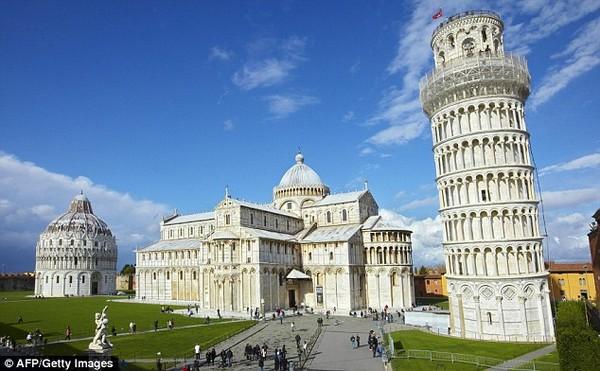 Italia begitu identik dengan Menara miring Pisa. Ternyata Menara Pisa punya kembaran di Kota Illinois, Amerika Serikat. (Menara Pisa /AFP)