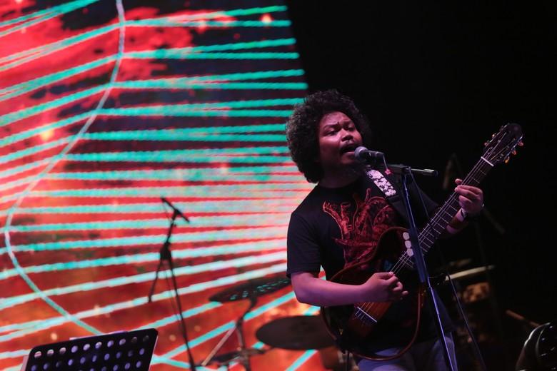 Is saat tampil bersama Payung Teduh dalam We The Fest 2017 pada Agustus 2017. Foto: Asep Syaifullah/detikHOT