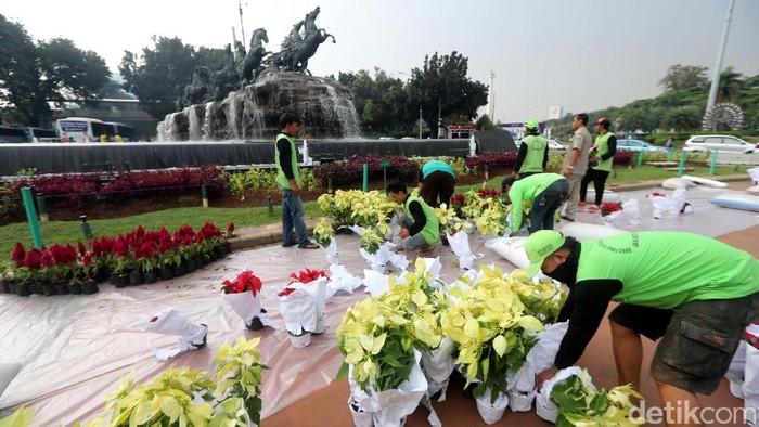 Jelang HUT RI, Kawasan Patung Kuda Dipercantik  Petugas melakukan penataan bunga di kawasan bundaran Patung Kuda, Jakarta, Selasa (15/08/2017). Selain untuk mempercantik kawasan bundaran patung kuda, penataan ini dilakukan dalam rangka menyambut HUT Kemerdekaan RI ke 72. Grandyos Zafna/detikcom