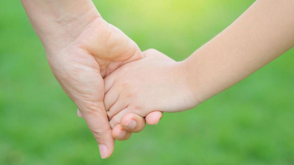 Ajak Anak Belanja, Jangan Salah Gandeng Seperti Bapak Ini Ya