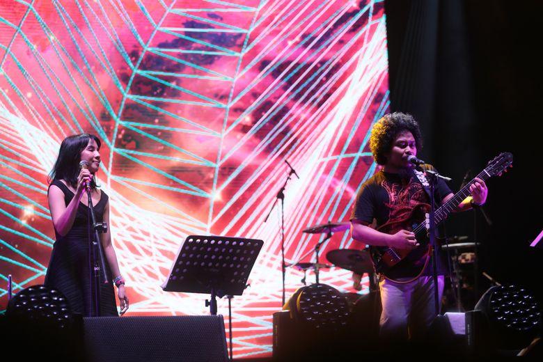 Saat itu, band indie asal Jakarta tersebut menggandeng Mocca sebagai teman duet di atas panggung. Foto: Asep Syaifullah/detikHOT