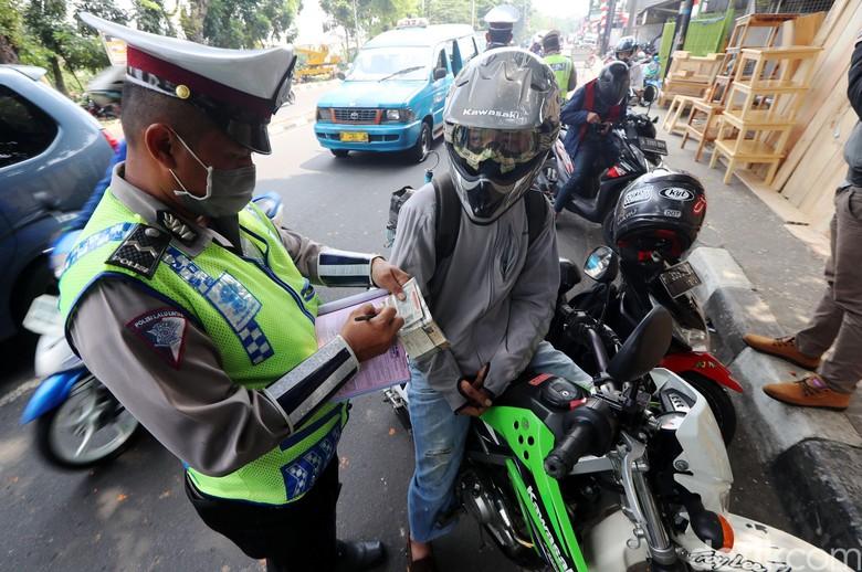 Direktorat Lalu Lintas (Dirlantas) gencar melakukan razia kendaraan yang STNK-nya mati atau belum membayar pajak di Jalan Raya Bogor, Jakarta, Rabu (16/8/2017). Razia itu untuk menekan angka penunggak pajak kendaraan.