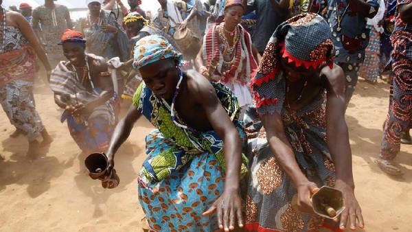 Voodoo kini dianggap sebagai suatu ritual kebudayaan, daripada keagamaan. Festival Voodoo ini mendatangkan wisatawan yang penasaran akan ritual di acara tersebut. (Akintunde Akinleye/Reuters)