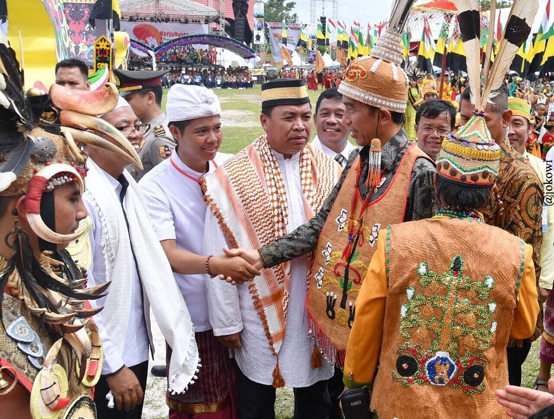 Jokowi pakai baju Raja Dayak