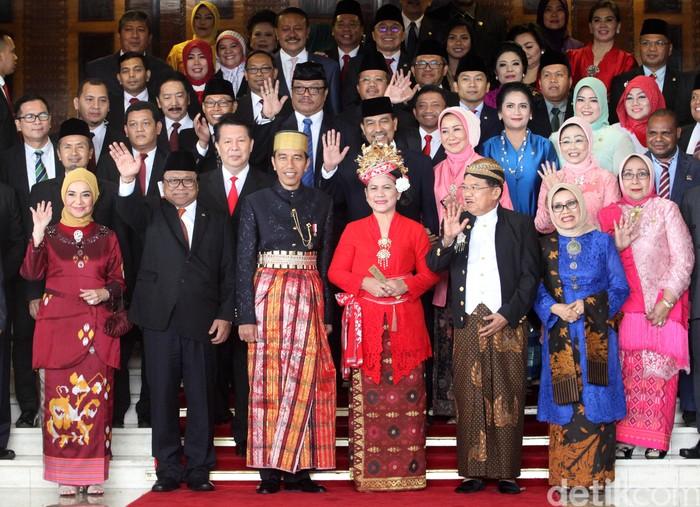Sidang tahunan bersama antara DPR dan DPD selesai digelar. Usai sidang, Presiden Joko Widodo dan Wapres Jusuf Kalla foto bersama dengan pimpinan.
