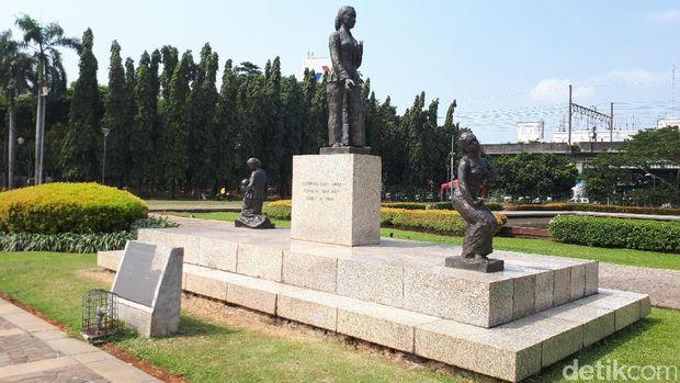 Patung RA Kartini di Monas yang kena fitnah propaganda anti China. Padahal itu tulisan kanji, patung hadiah Jepang untuk Indonesia