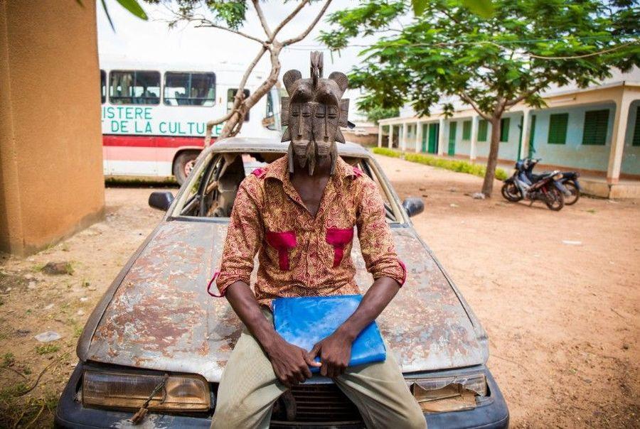 Foto: Orang-orang ini adalah masyarakat Burkina Faso, sebuah wilayah di Afrika Barat. Mereka menggunakan topeng untuk beraktivitas sehari-hari (Selim Harby/CNN)