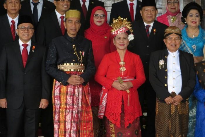 Foto: Jokowi-JK pakai baju adat. (Andhika Prasetia/detikcom)