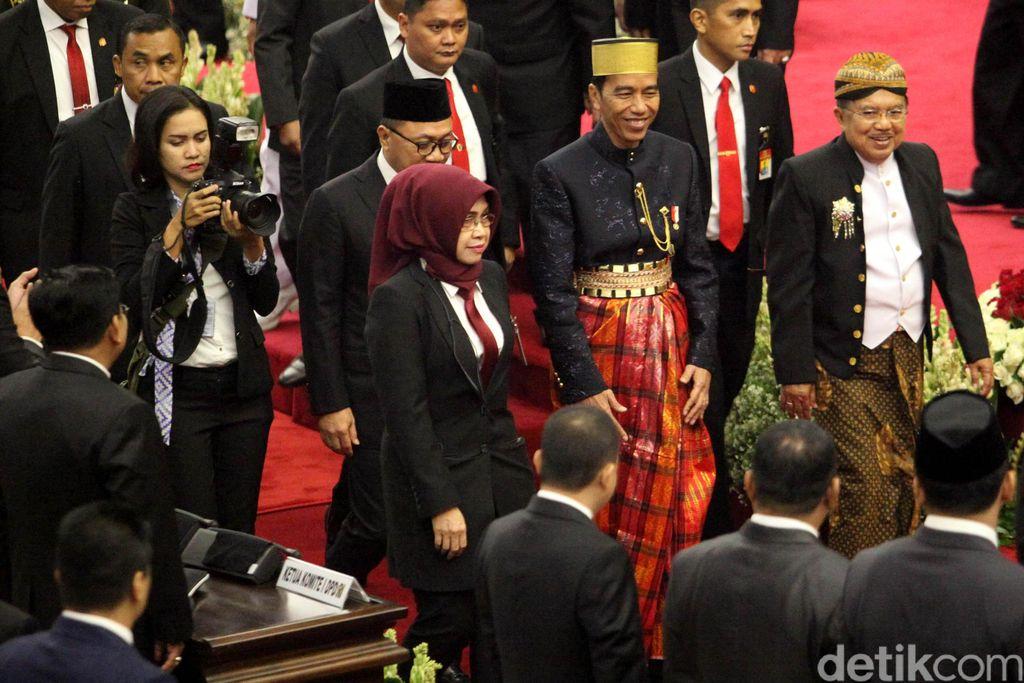 Presiden Joko Widodo dan Wapres Jusuf Kalla menghadiri pidato tahunan MPR, DPD, dan DPR. Jokowi hadir dengan mengenakan baju adat Bugis, sedangkan JK memakai baju adat Jawa Tengah.