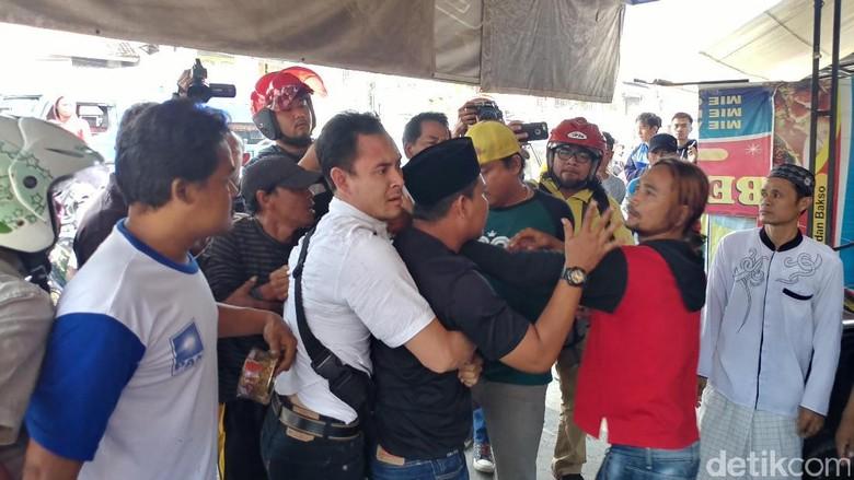 Diduga Sopir Taksi Online, Seorang Pria di Cirebon Dihajar Massa