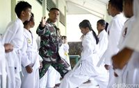 Tentara mengajar karate anak-anak perbatasan.